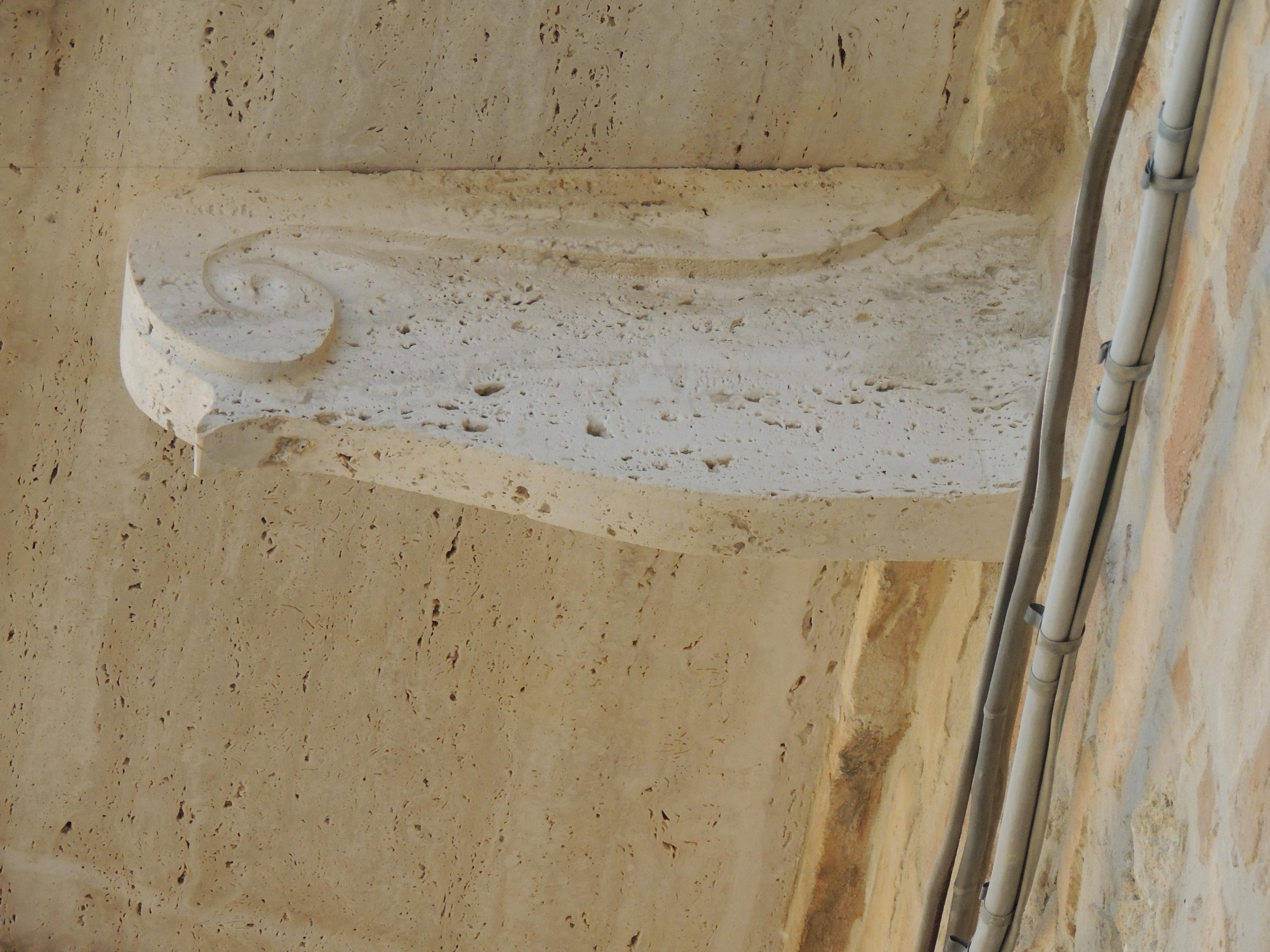 Dettaglio reggimensola in travertino romano anticato lavorato a mano.
