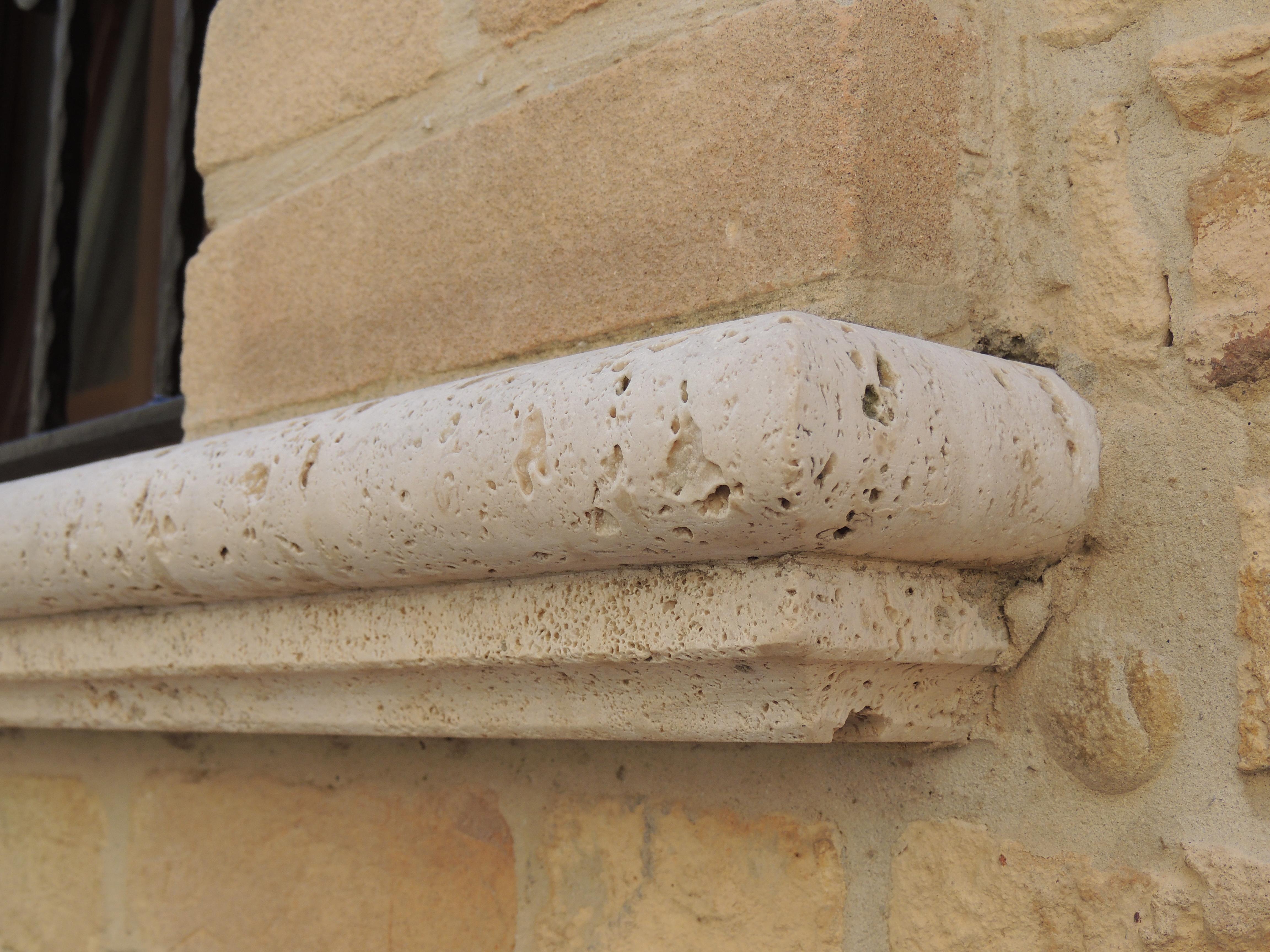 Dettaglio risvolto soglia in travertino romano anticato grezzo con toro e gola